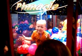 niño se mete a una maquina de pelotas