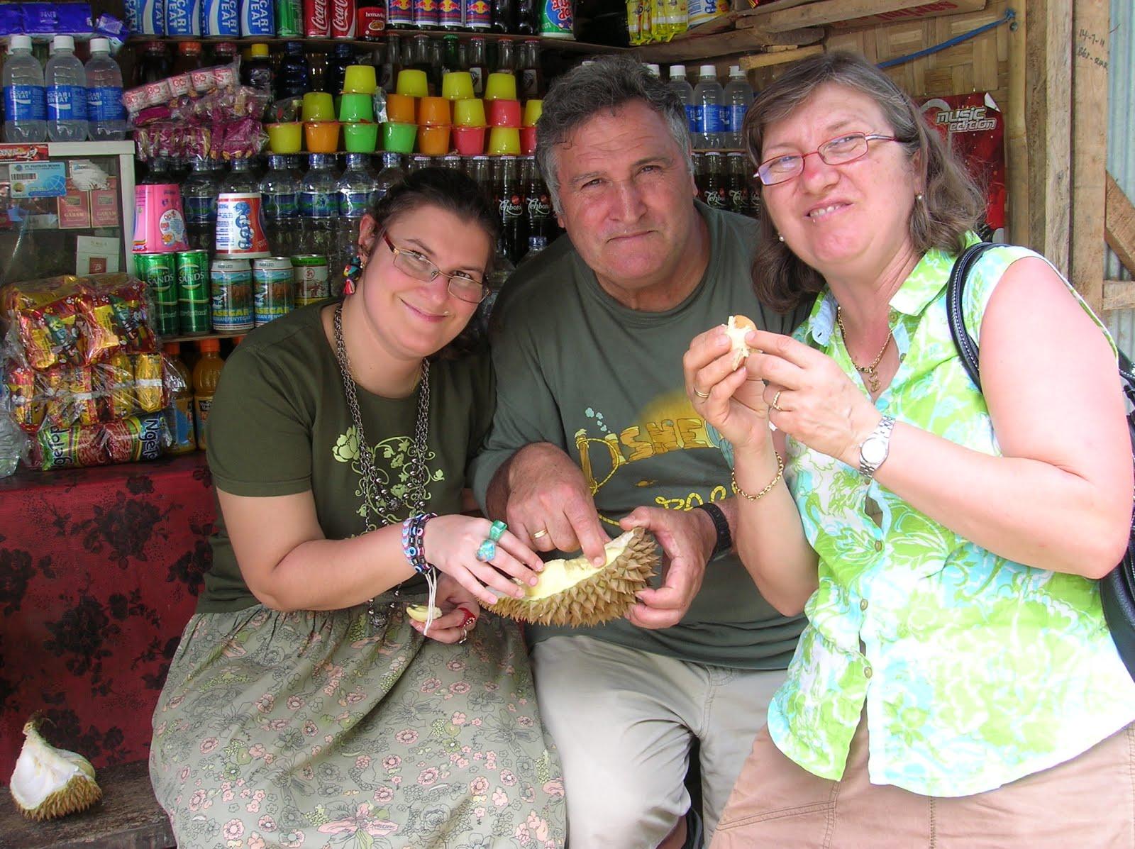 Comiendo un durián, Isla de Bali,Indonesia, vuelta al mundo, round the world, La vuelta al mundo de Asun y Ricardo