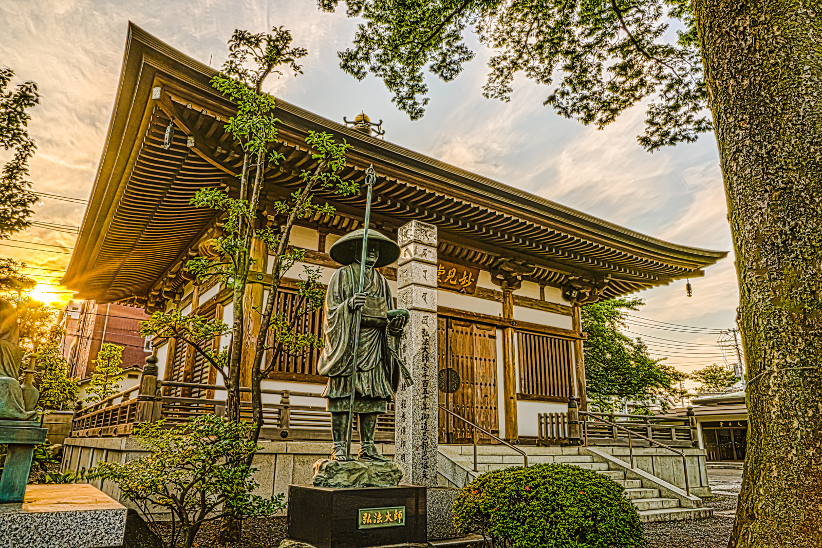 綺麗な夕日とお寺の写真