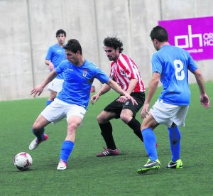 Fran Sol conduce el balón ayer ante Héctor