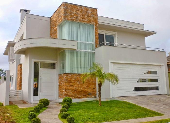24 fachadas de casas modernas tipos de revestimentos for Puertas balcon usadas
