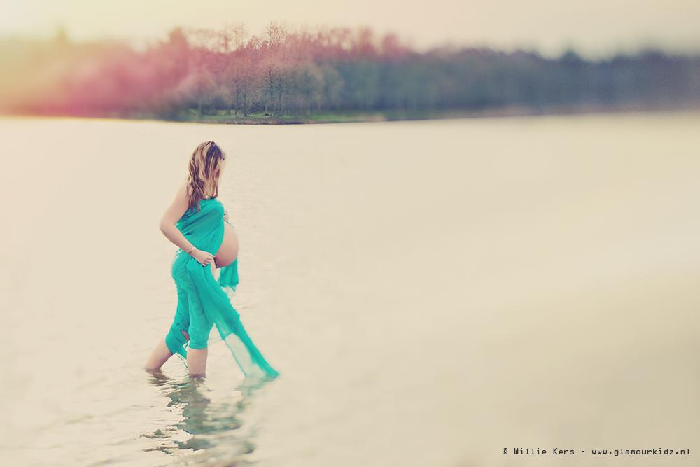 34 weken zwangere vrouw met een hele dikke buik krijgt een fotoshoot in het koude water op Bussloo Gelderlandnd