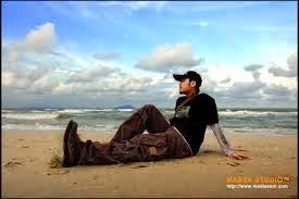 sedang menikmati suasana pantai