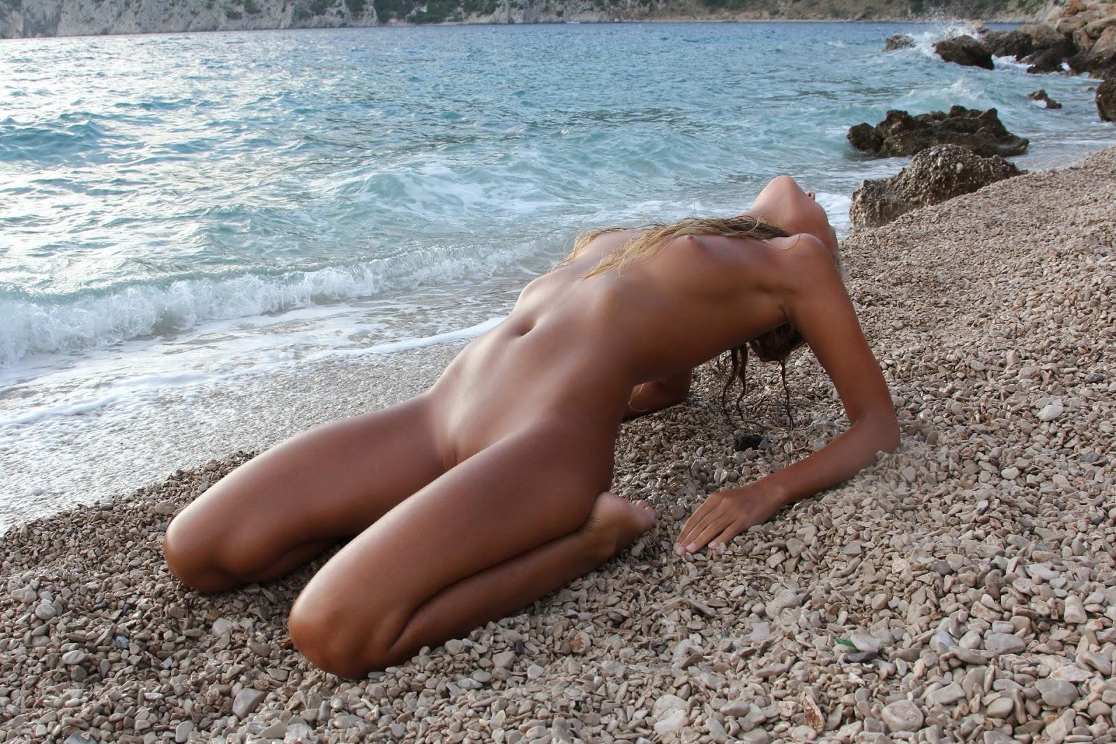 Эротика пляж наклонилась 19 фотография