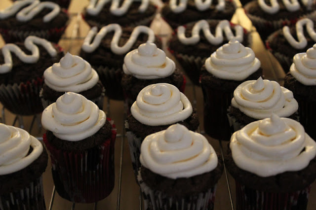fertig gebackene Schoko-Cupcakes mit Marshmallow-Frosting und -Füllung