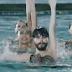 Un hombre en nado sincronizado