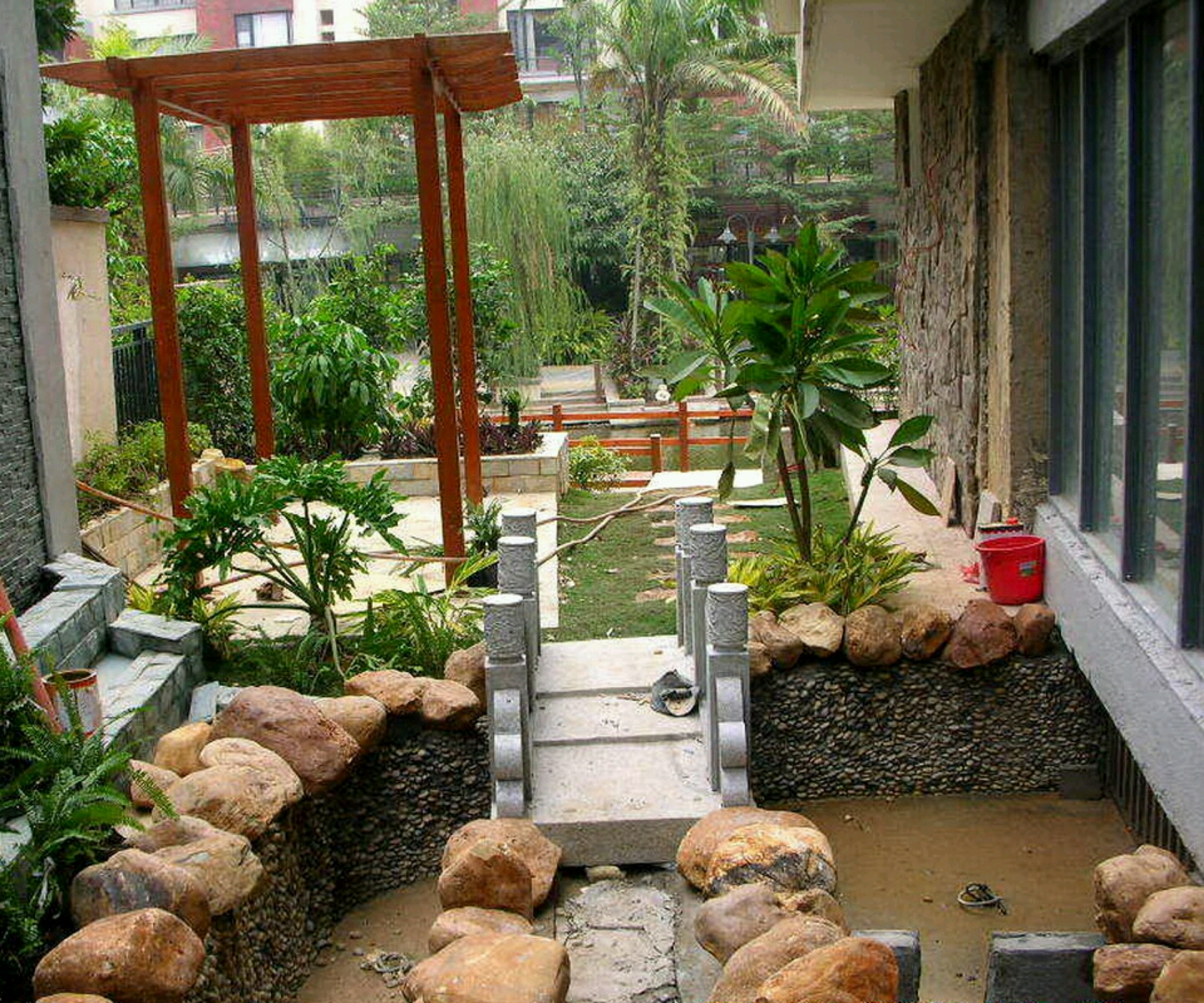 New home designs latest beautiful home gardens designs for Ideas for home gardens design