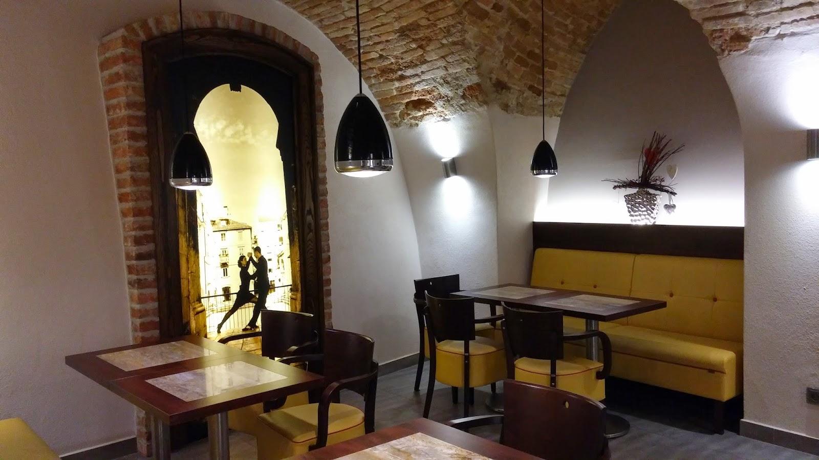 Interiér kavárny U Mlsného kocoura