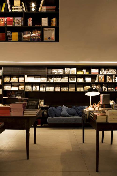 Livraria shelves walls