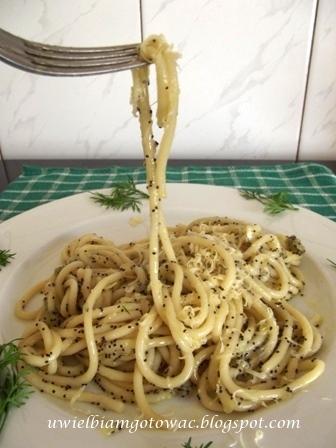 Spaghetti z cebulką i makiem