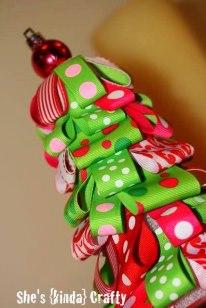 Árvore de natal feita com fitinhas