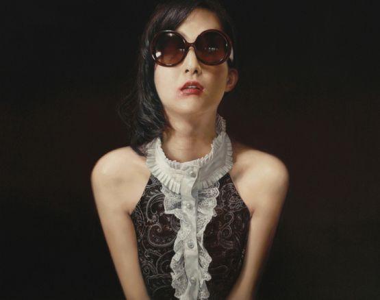 Guk Hyun Lee pinturas hiper realistas mulheres batom manchado óculos escuros máscaras
