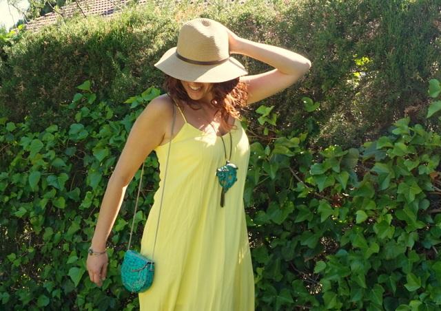 Vestido amarillo complementos verdes