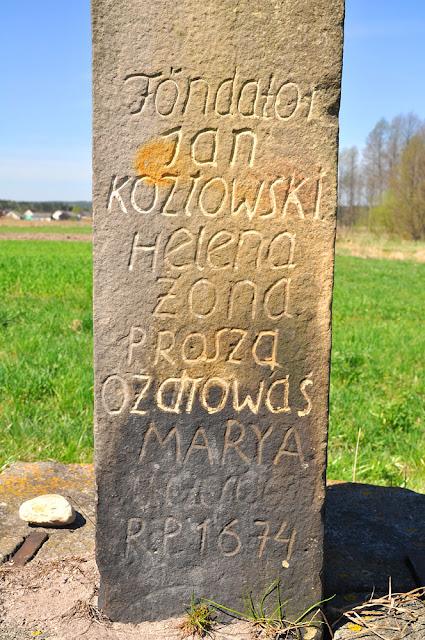 Luta k. Krasnej, kamienna figura św. Jana - wyryty napis. Proszę zwrócić uwagę na dolną mało czytelną część napisu. Fot. KW.