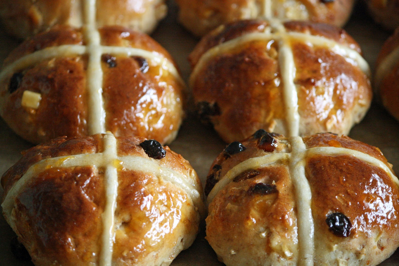 lauralovescakes...: Hot Cross Buns & Traditional Easter ...
