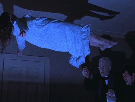 El padre Lankester Merrin (Max von Sydow) y Damien Karras (Jason Miller) durante el exorcismo de Regan (Linda Blair) - Cine de Escritor