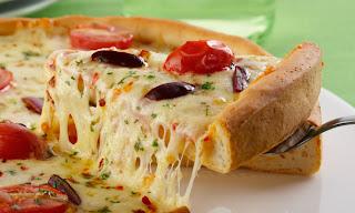 Pizza caseira com dois queijos light
