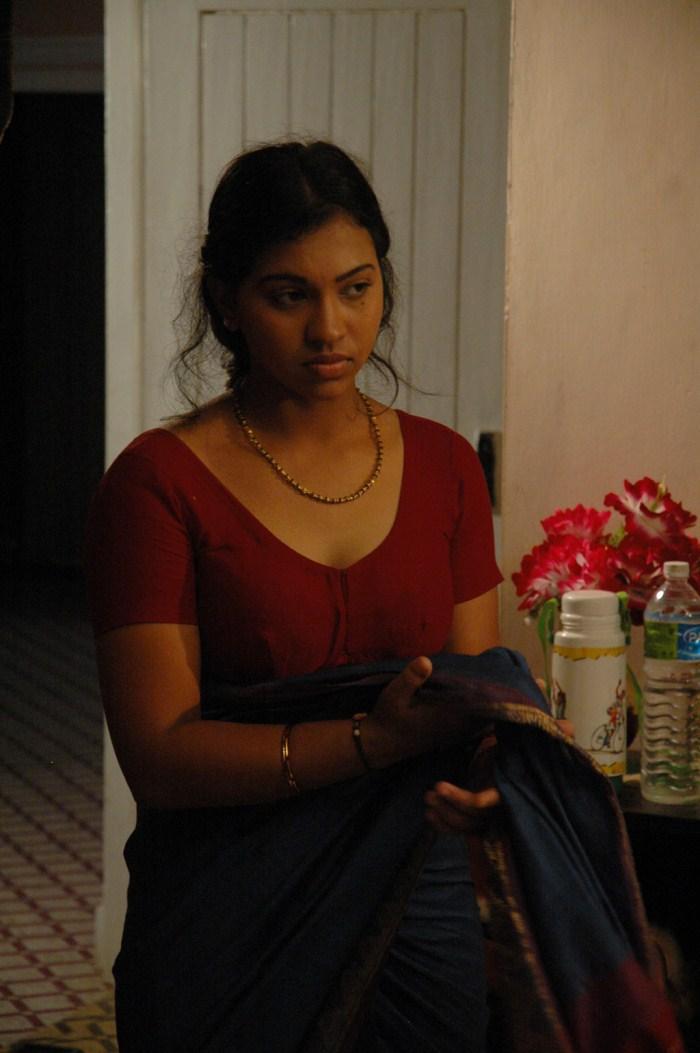 Tamil actress Saree drop | ACTRESS HOT AND SPICY PHOTOS