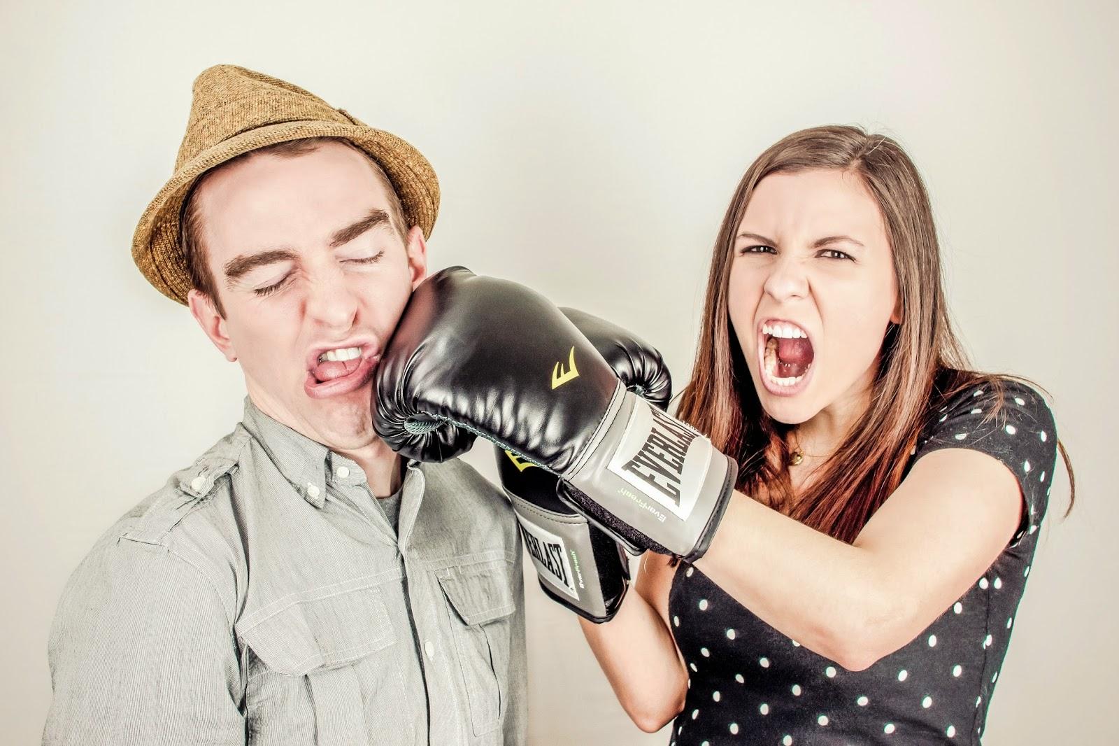 Жена бие Приятеля си