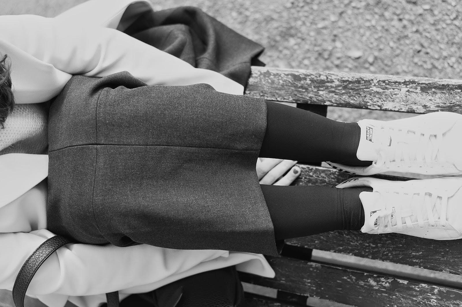 Falda y abrigo H&M, jersey Zara, bolso Pepe Moll, sneakers Adidas Stan Smith