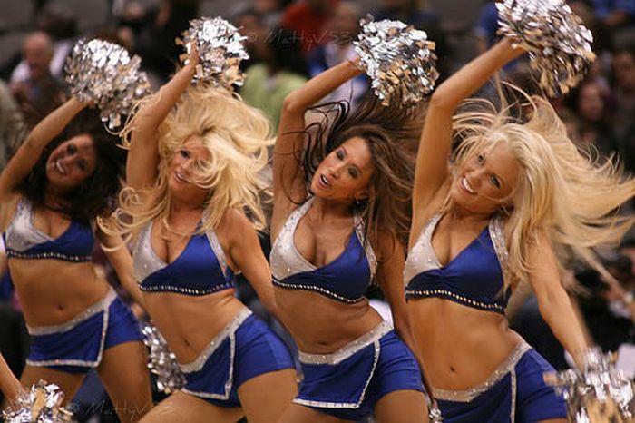 Cheerleaders beating up girl