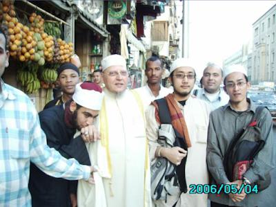 salah satu kenangan di lembah nil , dengan Syaikh Muhammad berlatar belakang kan kedai air buah pure