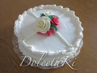 torta ricoperta di panna con roselline