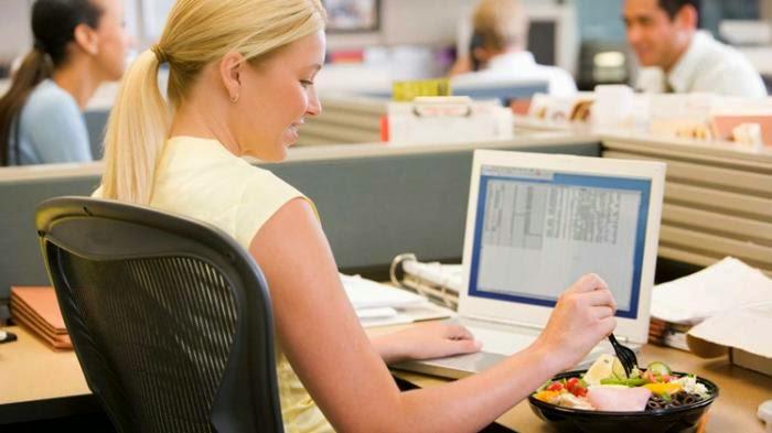 Hindari Makan di Meja Kerja, Ini Dampak Buruknya Bagi Kesehatan