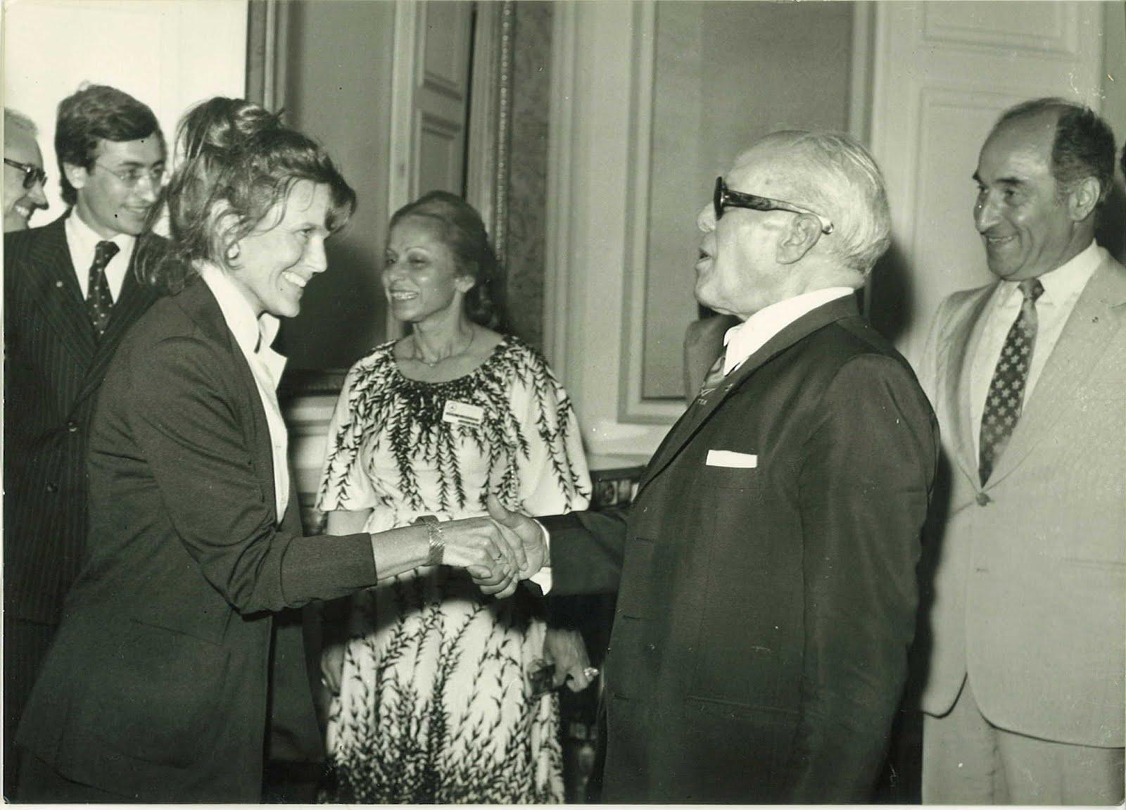 A gauche avec un président Bourguiba sous le charme.