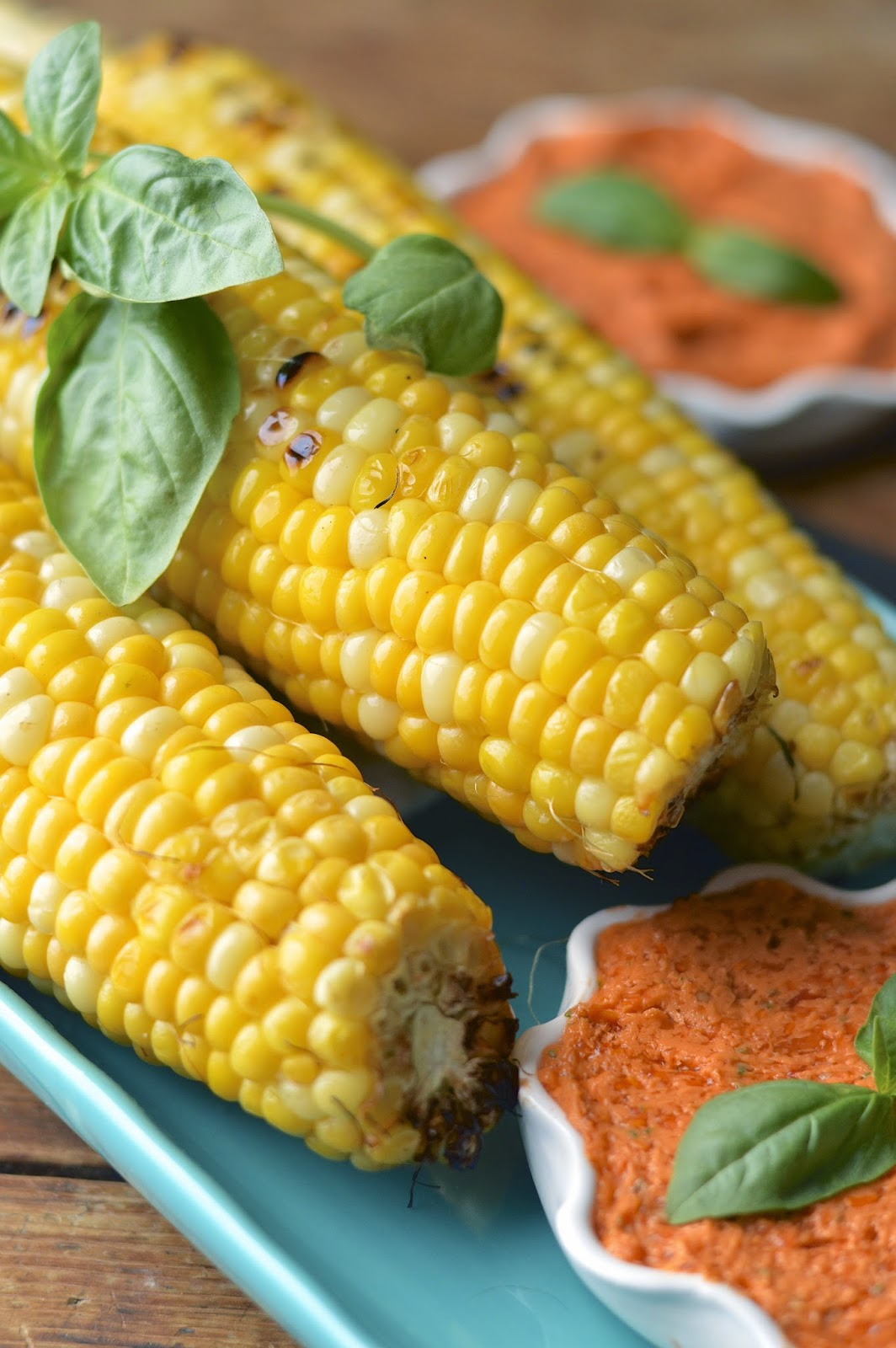 "Sweet and tender grilled corn with tomato basil ""butter"" - vegan recipe"