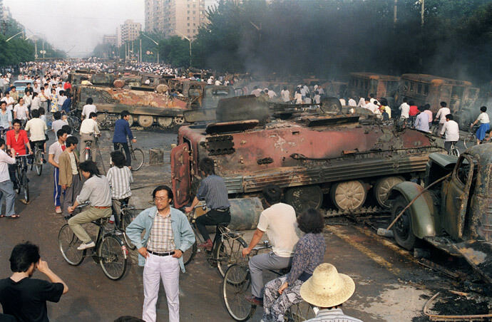 Xe thiết giáp bị đốt cháy tại Thiên An Môn