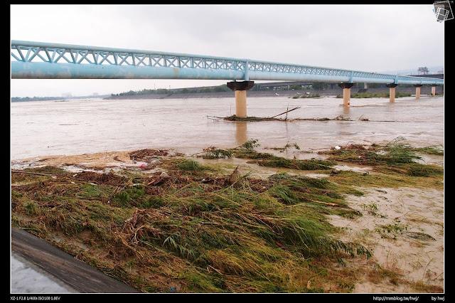 2013-07-13 蘇利颱風侵襲南投 好大水,都淹到82標線上了!(是指82M嗎~?)