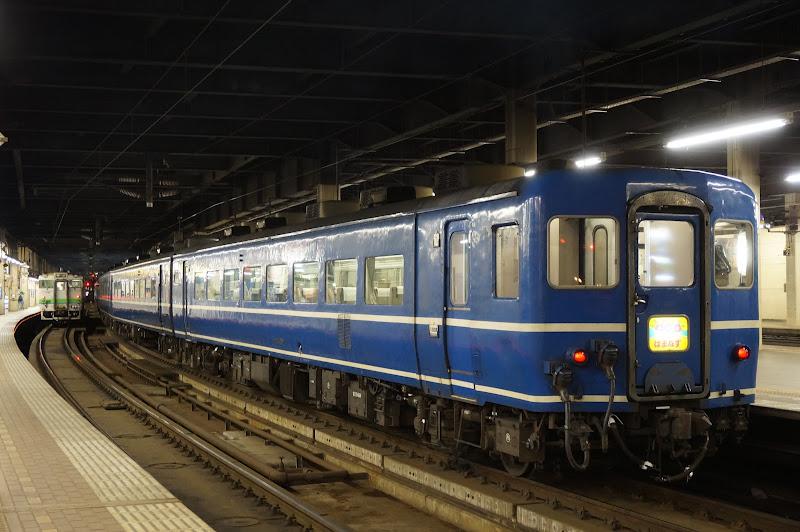 札幌駅に停車する急行はまなすとキハ40