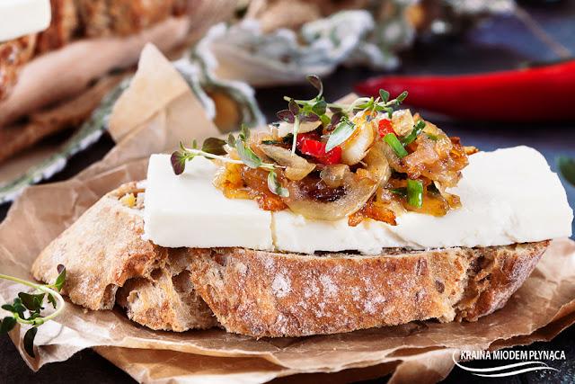 Chrupiący tost z fetą, chili i tymiankiem, wegetariańskie, tosty z serem feta, proste tosty, grzanki z serem, grzanki z piekarnika, tosty z piekarnika, kraina miodem płynąca