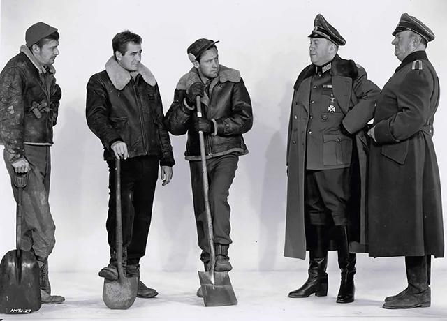 Una parte representativa de los dos bandos del film con Don Taylor, William Holden, Otto Preminger y Sig Ruman.