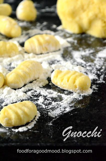 Gnocchi to nic innego jak włoskie ziemniaczane kluseczki. Gwoli ścisłości, to takie trochę polskie kopytka. Są mięciutkie i tak delikatne, że rozpływają się w ustach. Gnocchi można serwować bezpośrednio po ugotowaniu, ale moim zdaniem lepiej smakują podsmażone na klarowanym maśle lub odrobinie oliwy. Idealnie komponują się z różnego rodzaju sosami, które apetycznie wypełniają zrobione widelcem rowki.
