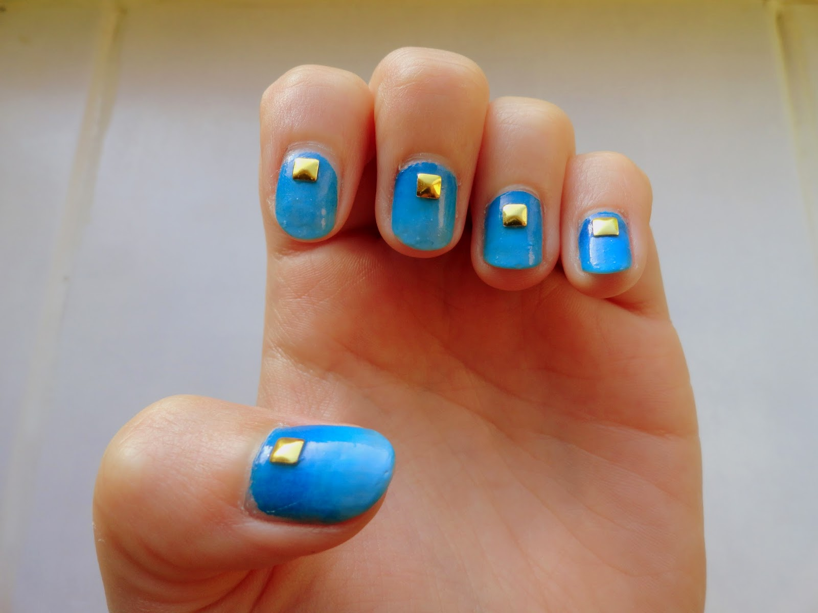 Clothes & Dreams: NOTD: gradient and studs: full nail art with blue Kiko gradient and golden stud