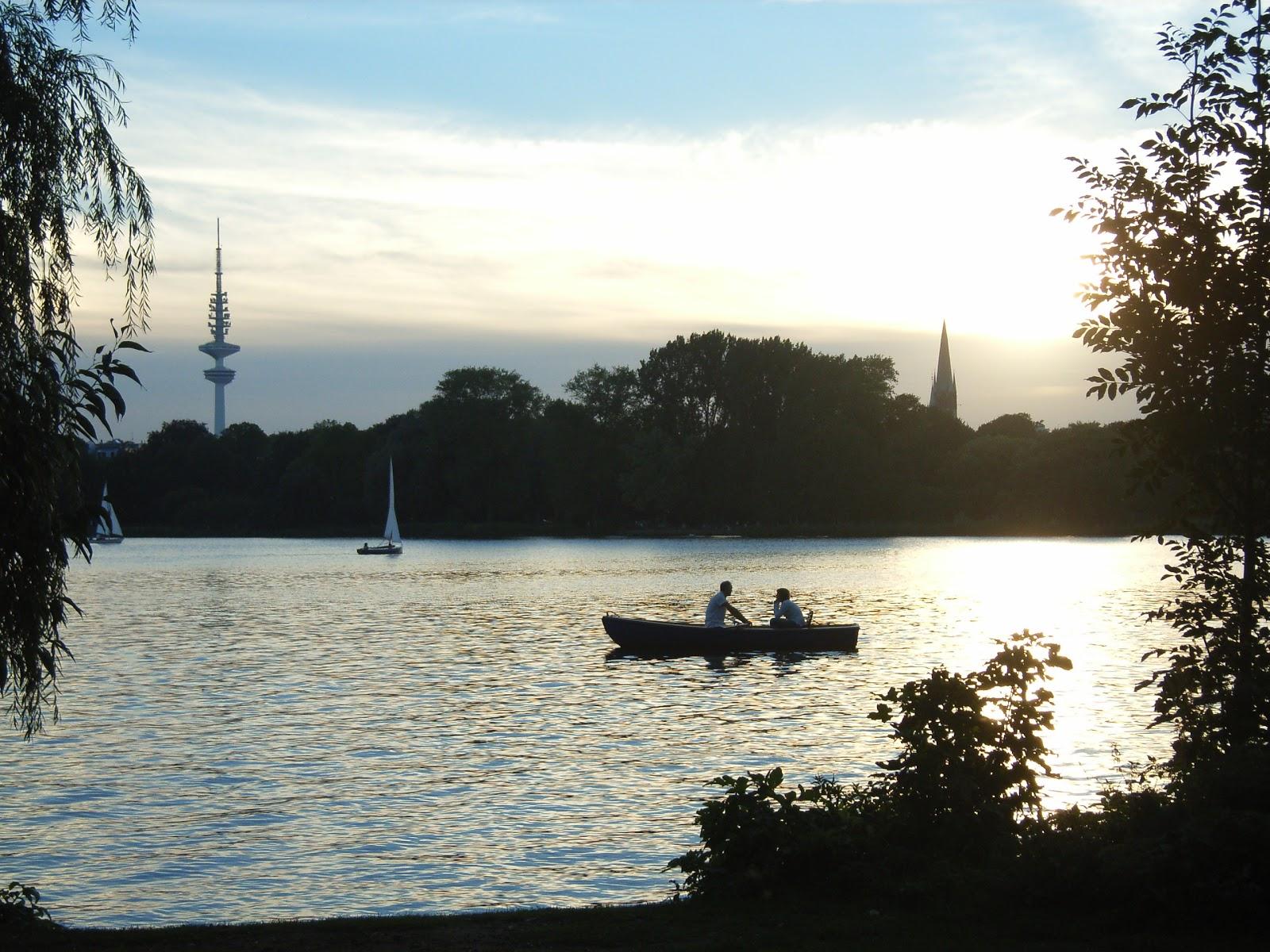 Alster - Fernsehturm - Segelboot - Ruderer