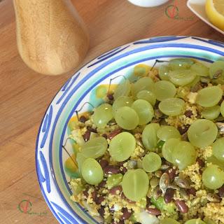 Ensalada de cuscús con alubias y uva.