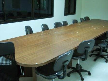 Meja + Partisi Untuk 24 Staff, Front Desk, Back Panel, Font Perusahaan Dan Conference Table