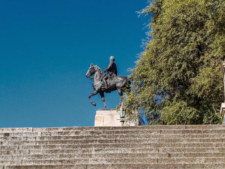 Escalinata al monumento de Mitre