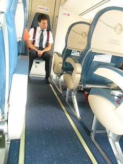 Imagen de un azafato en el avión Madrid-Vigo