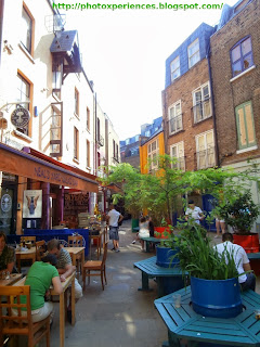 Some terraces in the center of the square of Neal's Yard, London. Algunas terrazas en el centro de la plaza de Neal's Yard, Londres.