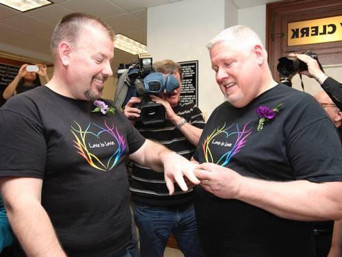 Steven Bridges e Michael Snell, o primeiro casal a legalizar a união em Portland, no estado de Maine, trocam alianças (Foto: Joel Page / Reuters)