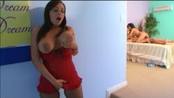 Madre espia a su hija follando con el novio y luego se une a la fiesta (2009)