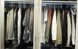 soñando que estoy ante el armario y ante el espejo, viendo qué ponerme, quizá una falda o minifalda, para salir de noche con los amigos