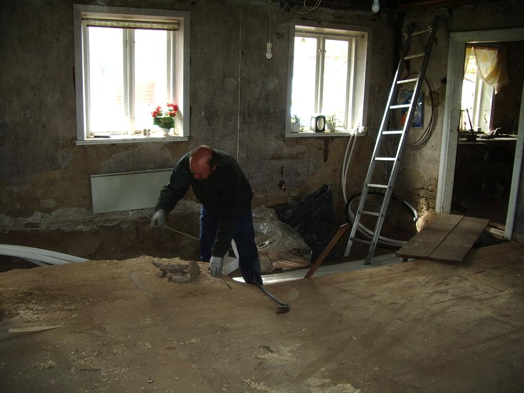 Mariehem i skåne: boningshuset renoveras   riva fönster och dörrar