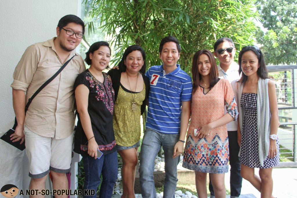 The bloggers (Sheila, Cheche, Renz, Jonel and Marjorie) together with Jennelyn Mercado and the show's producer