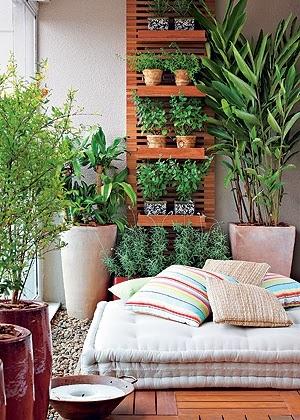 plantas, vasos e almofadas
