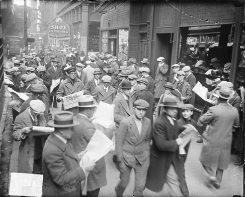 11.Crowd+of+unemployed+men+reading+newspapers,+standing+on+the+sidewalk+in+front+of+the+Chicago+Daily+News+building,+boy+in+the+foreground.jpg